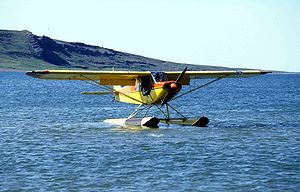"Piper PA-18-150 ""Super Cub"" (Wasserflugzeug-Version) an der Tinney Cove (Bathurst Inlet)"